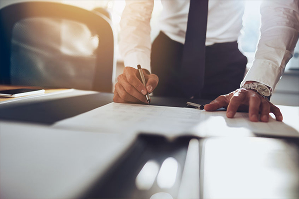 Private sector IR35 delay benefits - Contract being signed by a contractor in a suit